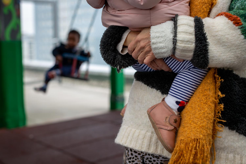 mère enfant dans les bras lien parental